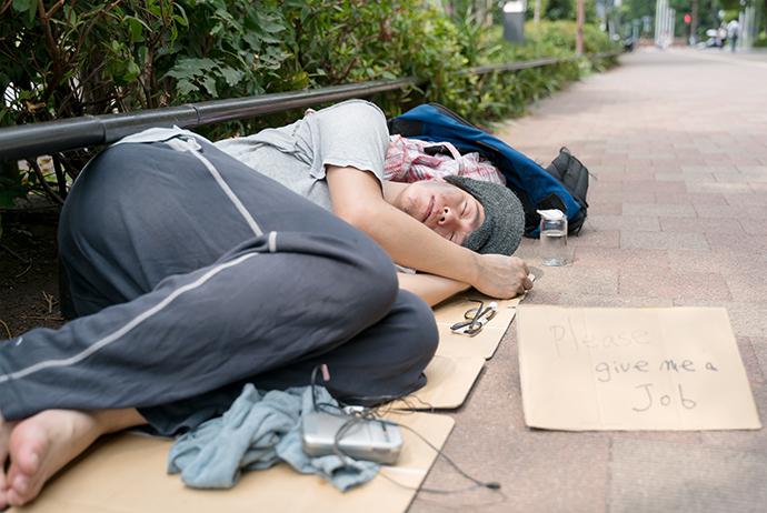 """目に見えぬ貧困""""現代のホームレス""""ネットカフェ難民の体験談・前編「転落した事情」 男性高収入求人ドカント"""