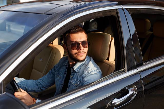 我が物顔で振る舞う高級外車を見下ろしながら…。 男性高収入求人ドカント